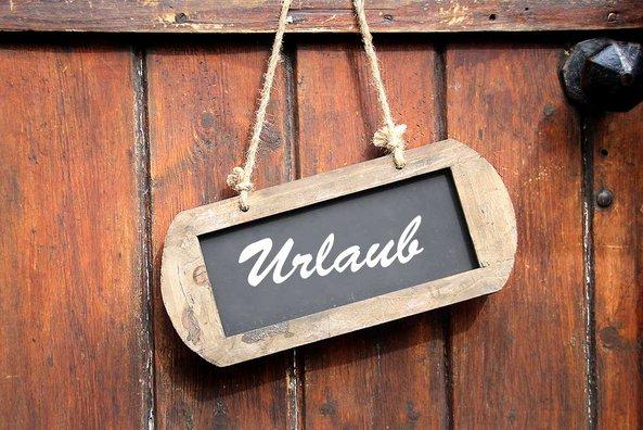 Schild mit Aufschrift Urlaub