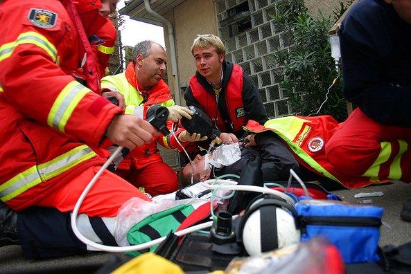 Wasserretter versorgen Verletzten.