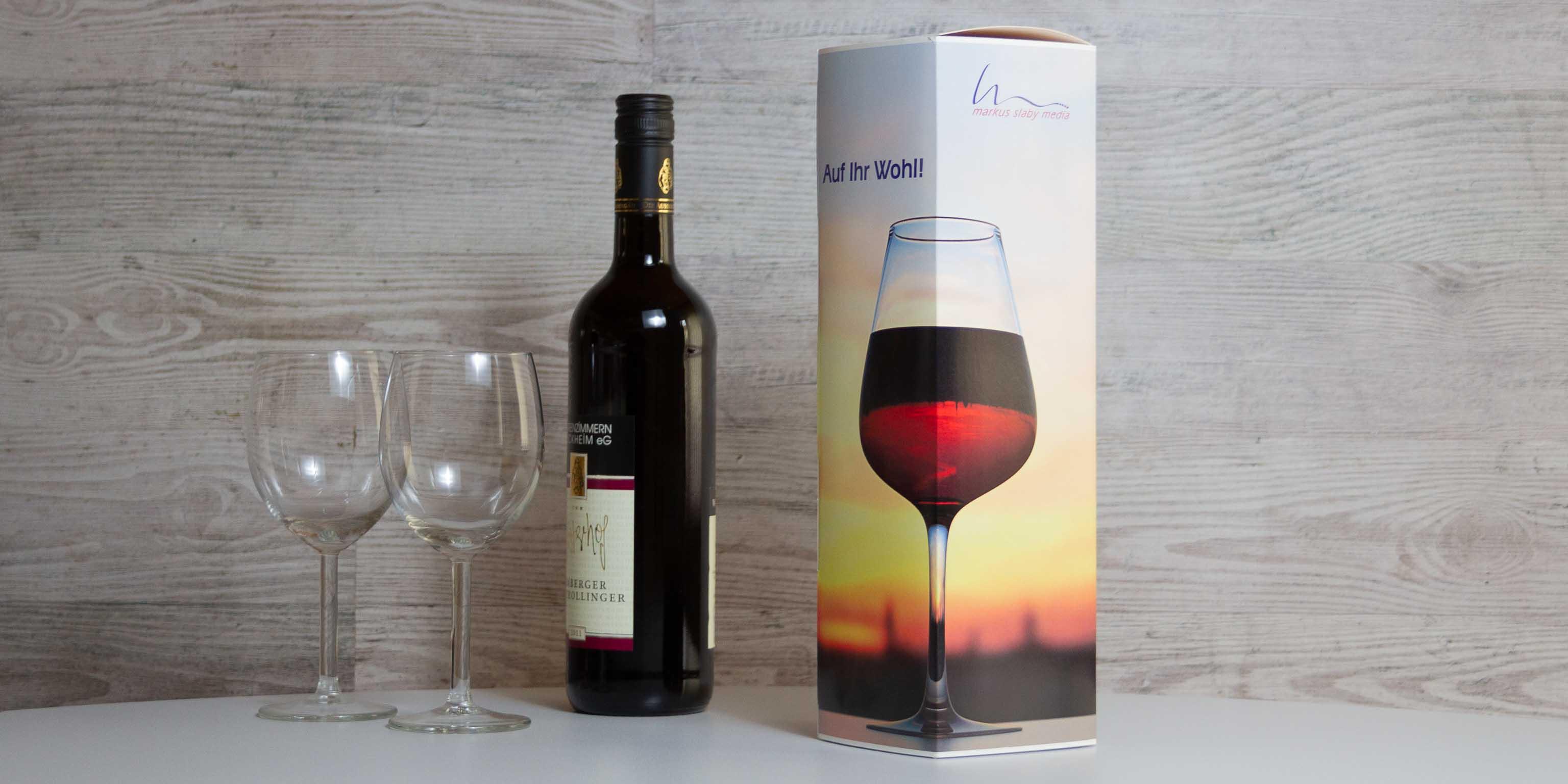 Individuell bedruckte Flaschenverpackung mit Weinflasche und 2 Weingläsern